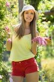 Усмехаясь флорист в садовничать двора стоковое изображение