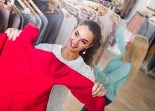 Усмехаясь ходить по магазинам молодых женщин Стоковые Изображения
