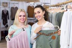 Усмехаясь ходить по магазинам молодых женщин Стоковая Фотография