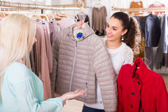 Усмехаясь ходить по магазинам молодых женщин Стоковые Изображения RF