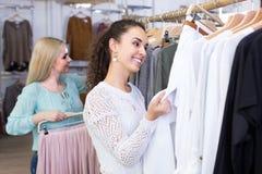Усмехаясь ходить по магазинам молодых женщин Стоковые Фото