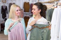 Усмехаясь ходить по магазинам молодых женщин Стоковая Фотография RF