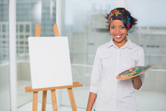 Усмехаясь художник держа палитру стоковая фотография