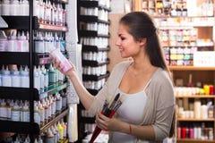 Усмехаясь цвет женщины ходя по магазинам различный в трубке Стоковое Изображение RF