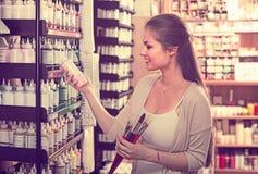 Усмехаясь цвет женщины ходя по магазинам различный в трубке Стоковые Изображения