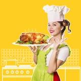 Усмехаясь цыпленк цыпленок шеф-повара женщины зажаренный в духовке удерживанием Стоковое Изображение RF
