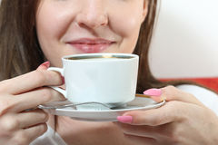 усмехаясь чай девушки выпивая Стоковая Фотография