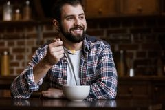 усмехаясь человек есть закуски с молоком Стоковые Изображения RF