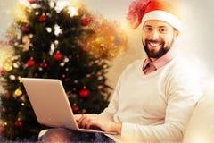 Усмехаясь человек нося бежевое чувство свитера возбужденное перед Новым Годом стоковое изображение rf
