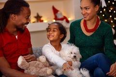 Усмехаясь черная семья с настоящими моментами на рождестве Стоковые Фото
