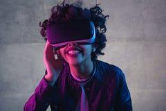 Усмехаясь чернокожая женщина имея опыт виртуальной реальности Стоковое Изображение RF