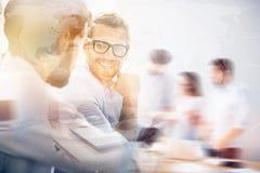 Усмехаясь человек во время деловой встречи с его партнером Стоковое Изображение RF