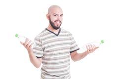 Усмехаясь человек держа 2 бутылки воды Стоковое Изображение RF