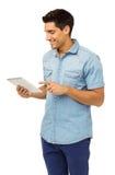Усмехаясь человек используя планшет стоковые изображения rf