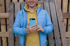 Усмехаясь человек используя умный телефон Стоковое Изображение