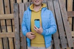 Усмехаясь человек используя умный телефон Стоковое фото RF