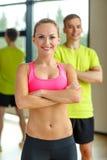 Усмехаясь человек и женщина в спортзале Стоковые Фотографии RF