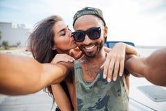 Усмехаясь человек и женщина делая фото selfie на smartphone Стоковые Фотографии RF