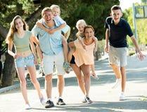 Усмехаясь человек и женщина с 4 детьми Стоковые Изображения