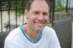 Усмехаясь человек постаретый серединой Стоковые Фотографии RF