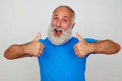 Усмехаясь человек при белая борода давая 2 большого пальца руки вверх Стоковое Изображение RF