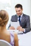 Усмехаясь человек смотря меню на компьютере ПК таблетки Стоковое Изображение RF