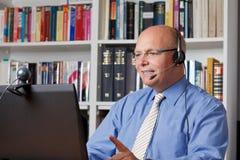 Усмехаясь человек с наушниками, компьютер Стоковые Фото