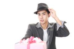 Усмехаясь человек с подарком стоковая фотография rf