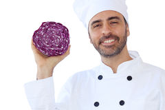 Усмехаясь шеф-повар держа красную капусту Стоковое Изображение RF