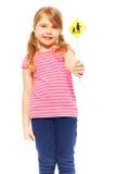 Усмехаясь школьница держа малый значок дорожного знака Стоковое Фото