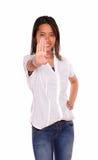Усмехаясь этническая молодая женщина давая максимум Стоковые Фотографии RF