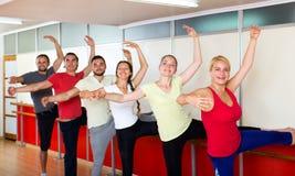 Усмехаясь люди репетируя танец балета Стоковые Изображения RF