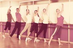 Усмехаясь люди репетируя танец балета Стоковое Изображение RF