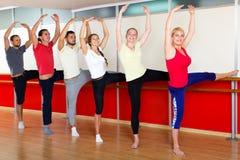 Усмехаясь люди репетируя танец балета Стоковая Фотография RF