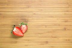 Усмехаясь яичница лежа на деревянной разделочной доске с надписью утра около ее Классическая концепция завтрака Стоковое Изображение