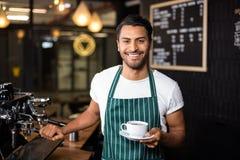Усмехаясь barista делая кофе с машиной кофе Стоковые Фотографии RF