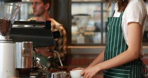 Усмехаясь barista служа клиент сток-видео