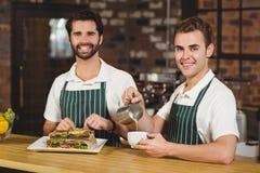 2 усмехаясь baristas работая совместно Стоковые Изображения RF