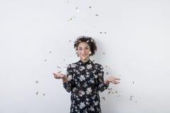 Усмехаясь confetti женщины смешанной гонки бросая Стоковое Фото