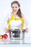Усмехаясь homemaker с лотком стоковое изображение