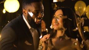 Усмехаясь multiracial танцы друзей на партии ночного клуба под падая confetti акции видеоматериалы
