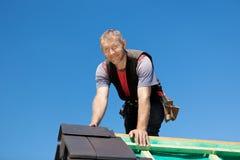 Усмехаясь roofer na górze крыши Стоковое фото RF