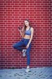 Усмехаясь sporty девушка с наушниками стоковые изображения rf