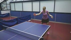 Усмехаясь sporty женщина играя теннис в slowmotion видеоматериал