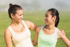 Усмехаясь sporty женщины смотря один другого Стоковое фото RF