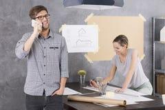 Усмехнутый человек говорит на телефоне Стоковое Изображение