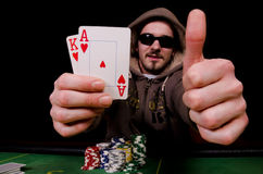 Усмешка и выставки игрока покера совсем справедливо. Стоковая Фотография