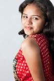 усмешка красивейшей девушки индийская застенчивая стоковые фотографии rf