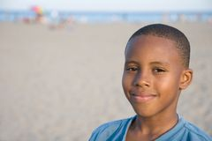 усмешка мальчика s пляжа стоковая фотография