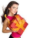 усмешки удерживания девушки подарка коробки стоковые изображения